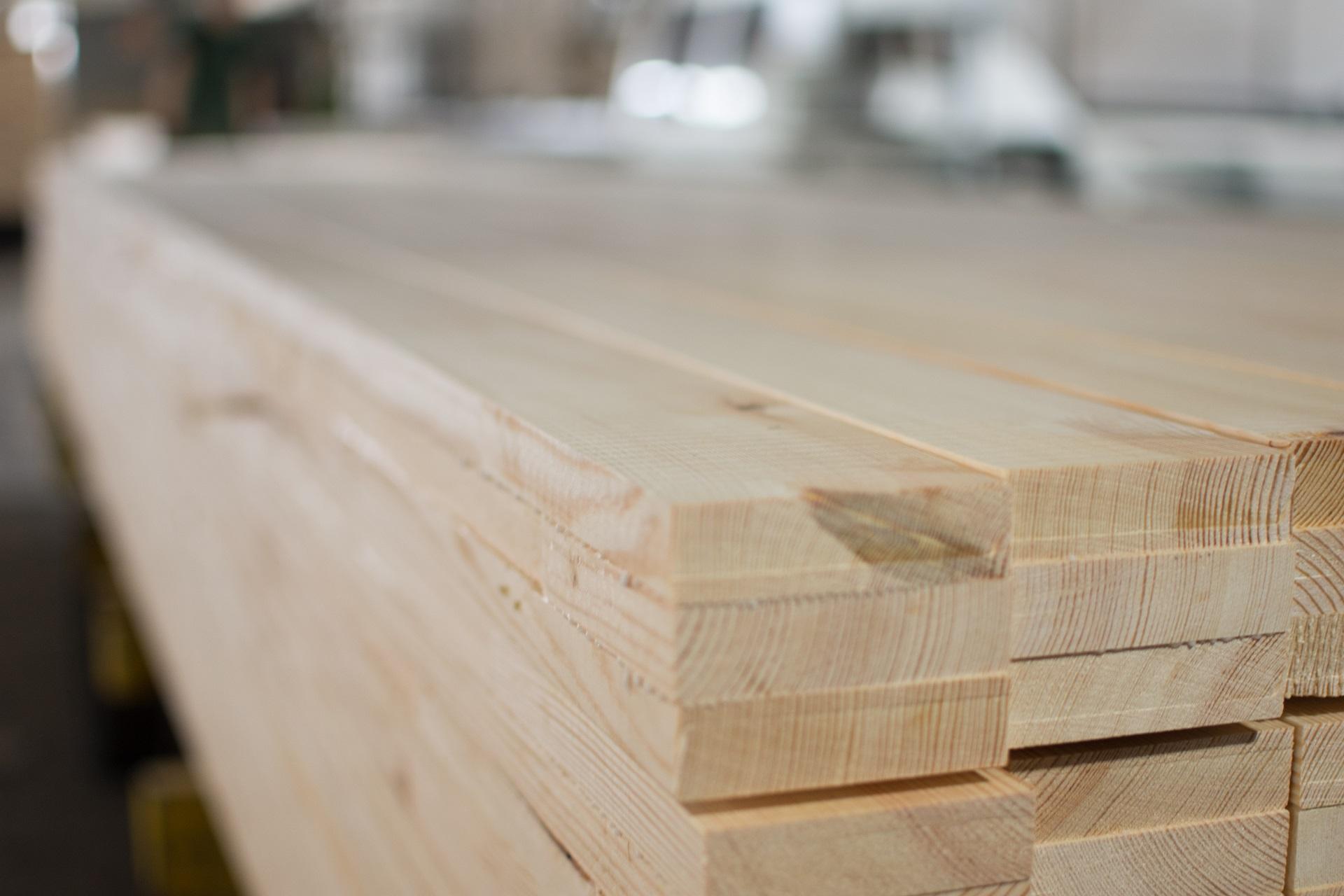 Drewno klejone – korzyści wykorzystania