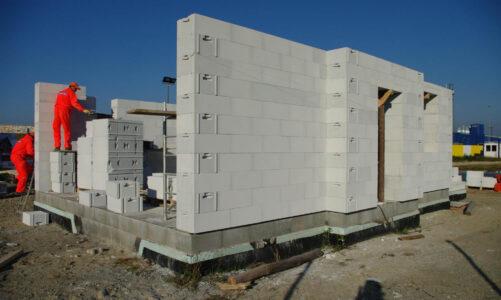 Ściany na całe życie – o czym pamiętać przy wyborze materiału budowlanego?